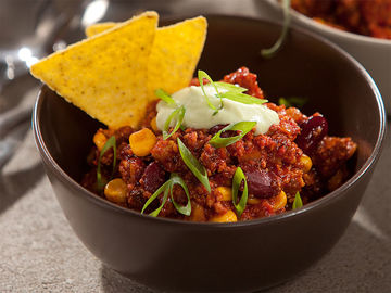 Chili mit Avocado-Joghurt-Topping